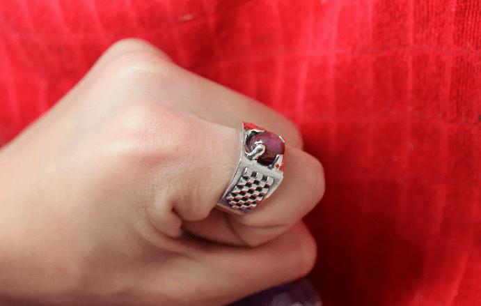 Преимущества и недостатки мужских украшений с рубином. Серебряный перстень с рубином