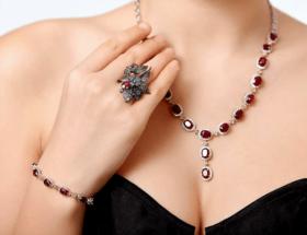 Ювелирные украшения с рубином для женщин: кому подходят, в чём их плюсы и минусы