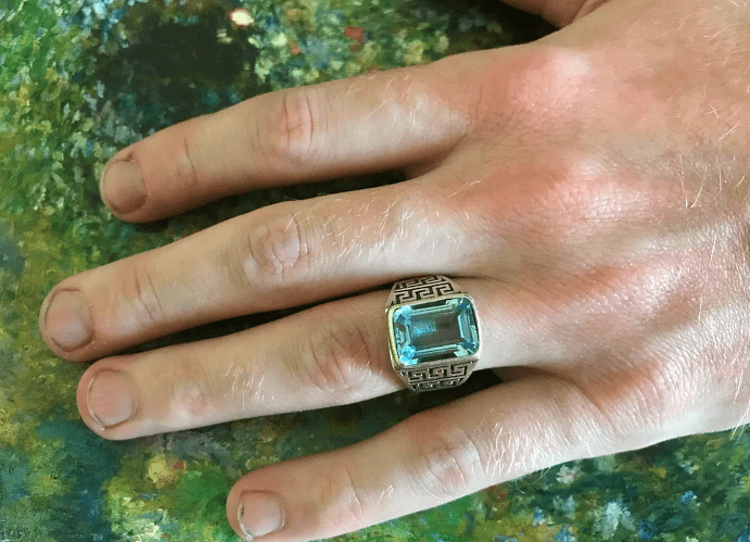 Как подобрать мужские изделия из топаза? Красивый перстень с голубым топазом