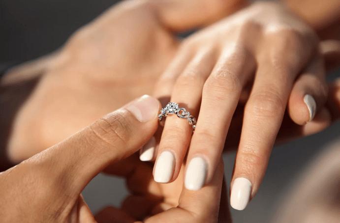 Как выбрать помолвочное кольцо: советы мужчинам