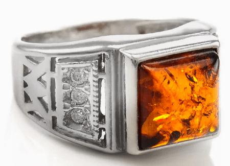 Виды изделий с янтарем для сильной половины человечества. Серебряный перстень с янтарем