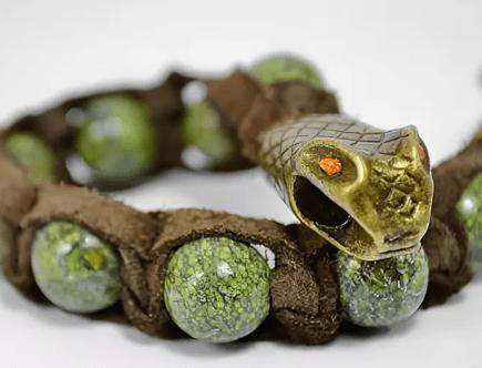 Мужские украшения из змеевика с фото: виды и как носить