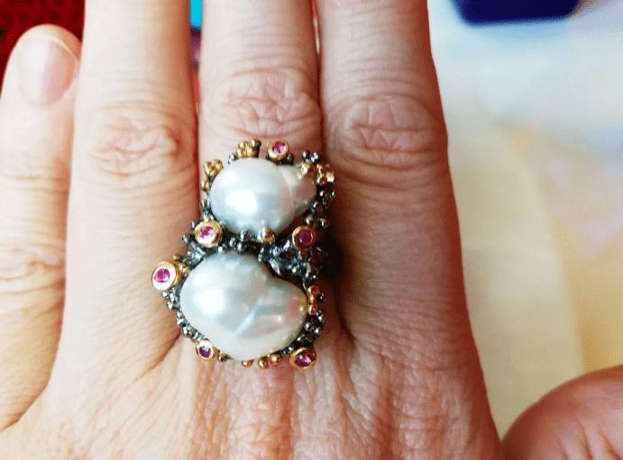 Украшения из барочного жемчуга. Перстень с двумя крупными барочными жемчужинами и камнями