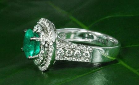Украшения с бериллом. Бриллиантовое кольцо с изумрудом