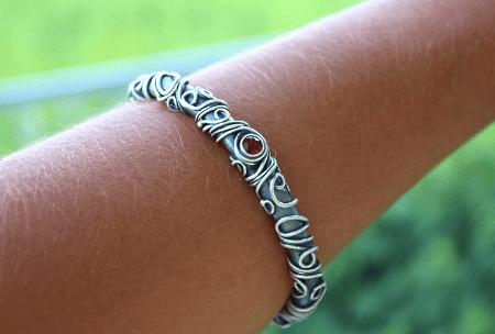 Необычные варианты дизайна украшений из серебра. Женский браслет с красным камнем