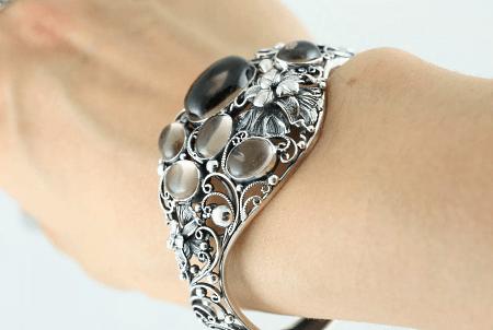 Необычные варианты дизайна украшений из серебра. Женский браслет с камнями