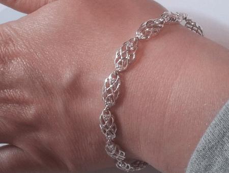 Необычные варианты дизайна украшений из серебра. Женский серебряный браслет без камней