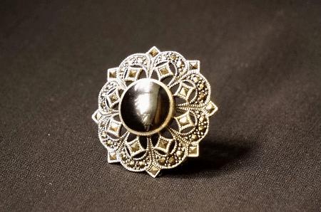Необычные варианты дизайна украшений из серебра. Брошь с ониксом