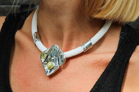 Необычные варианты дизайна украшений из серебра. Колье из серебра и камней
