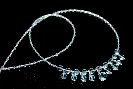 Необычные варианты дизайна украшений из серебра. Серебряное колье с топазами
