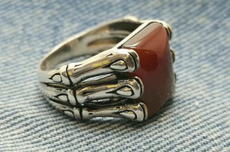 Необычные варианты дизайна украшений из серебра. Мужской серебряный перстень с камнем