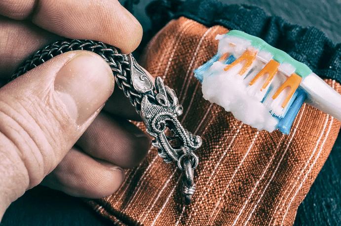Украшения из серебра: правила ухода