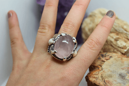 Необычные варианты дизайна украшений из серебра. Женский перстень с большим розовым камнем