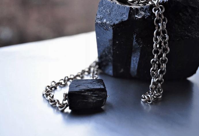 Украшения с черным турмалином. Камень черный турмалин на цепочке