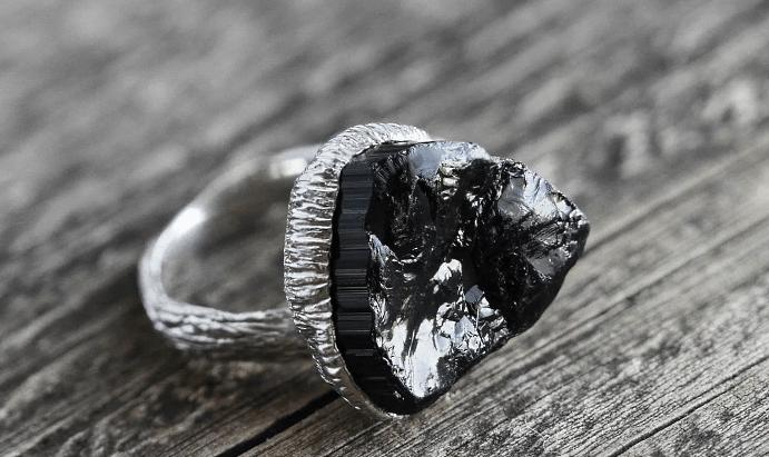 Украшения с черным турмалином. Серебряный перстень