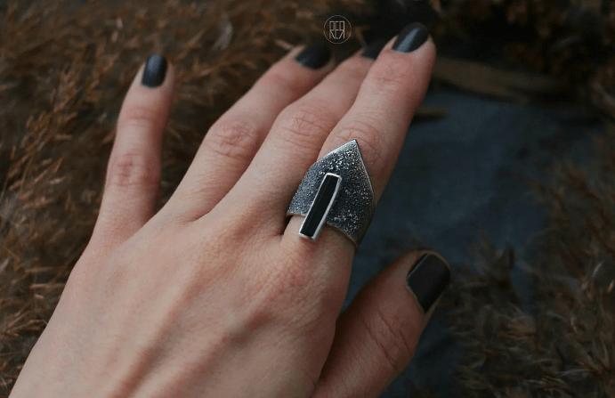 Украшения с черным турмалином. Металлический перстень со вставкой