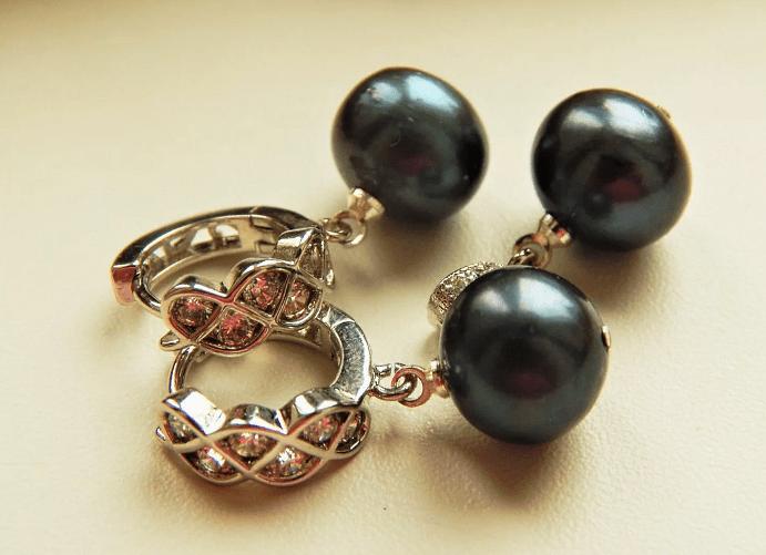 Черный жемчуг: виды украшений. Золотые серьги с черным жемчугом