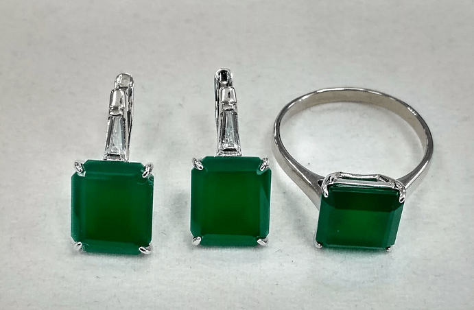 Украшения с зеленым агатом. Комплект серьги и кольцо