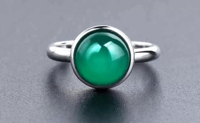 Украшения с зеленым агатом. Серебряное кольцо