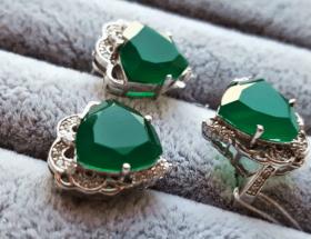 Украшения с хризопразом в серебре: главные особенности