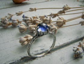 Украшения с иолитом в серебре: самые модные решения