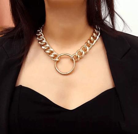 Шейное украшение на цепочке с кольцом. Золотое кольцо на толстой цепочке