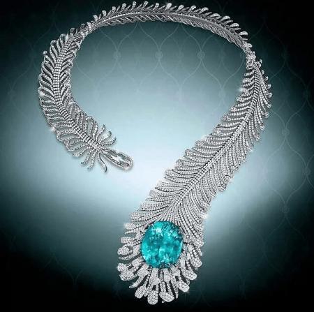 ожерелье, имеющее вид пера Moussaieff, изготовленное из титана и обладающее потрясающим неоновым зеленым турмалином, а также бриллиантами