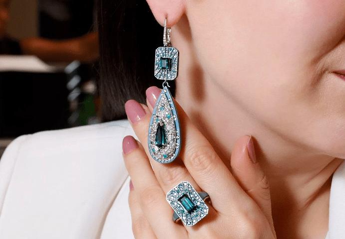 Примеры украшений с турмалином Параиба. Комплект серьги и перстень с бриллиантами