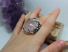 Розовый кварц в серебряных украшениях