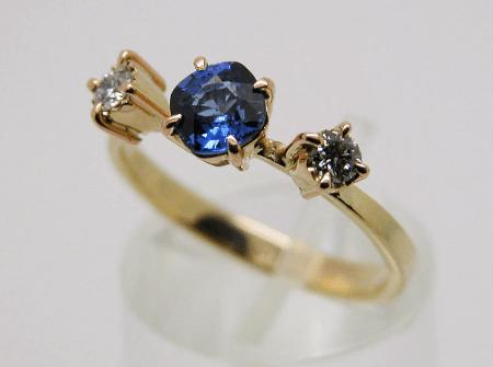 Украшения с сапфиром. Золотое кольцо с сапфиром и бриллиантами