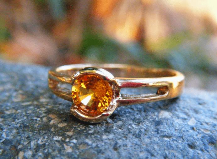 Помолвочное кольцо с желтым сапфиром
