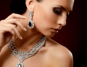 Серебряное украшение на шею: колье, подвески с камнями и жемчугом