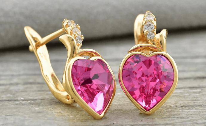 Украшения с розовым турмалином. Золотые серьги в виде сердечек