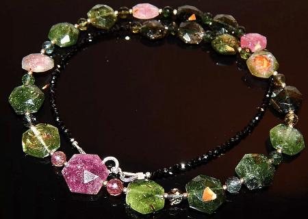 Разновидности изделий из турмалина. Колье из натуральных разноцветных камней