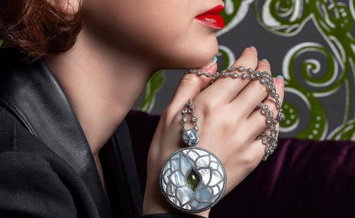 Турмалин с бриллиантами, кулон, девушка, красные губы