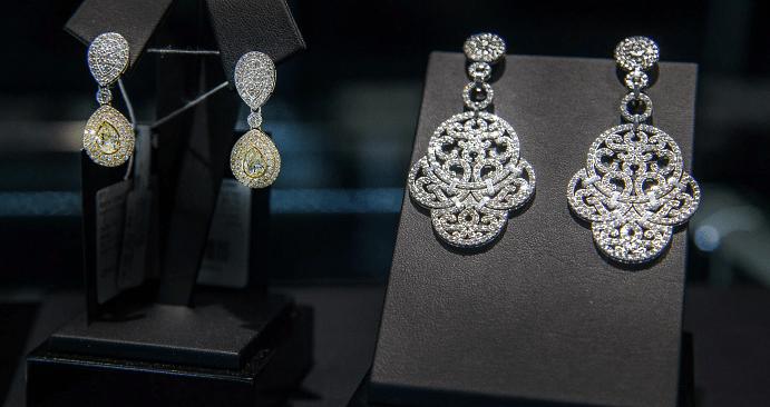 Ювелирные украшения с якутскими бриллиантами. Крупные серьги с бриллиантами