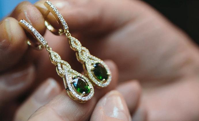 Ювелирные украшения с якутскими бриллиантами. Золотые серьги с бриллиантами и изумрудами