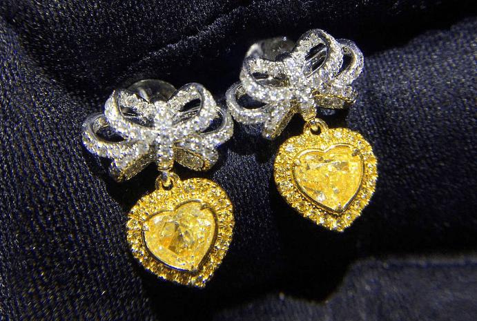 Виды и особенности украшений с желтыми бриллиантами. Серьги в виде сердец