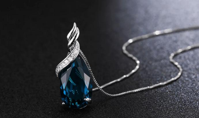 Голубой топаз в ювелирных изделиях. Крупный голубой топаз кулон на серебряной цепочке