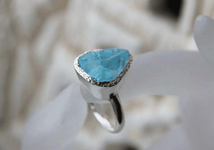 Голубой топаз в ювелирных изделиях. Кольцо с необработанным голубым топазом