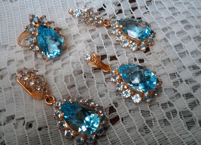 Голубой топаз в ювелирных изделиях. Комплект украшений с голубыми топазами, серьги, кулон, кольцо