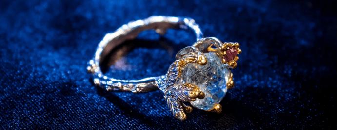 Голубой топаз в ювелирных изделиях. Бриллиантовое кольцо с голубым топазом