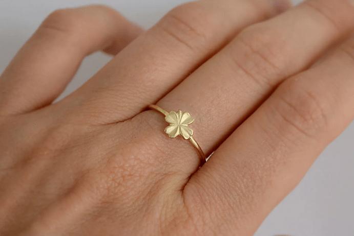 Украшение клевер. Золотое кольцо