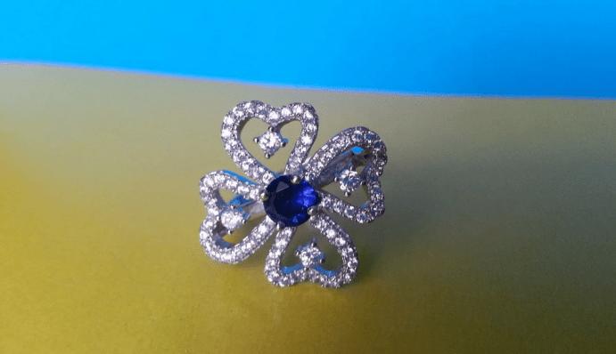Украшение клевер. Кольцо с бриллиантами и сапфиром