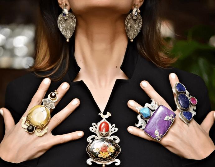 Как сочетать украшения с цветными камнями: основные правила