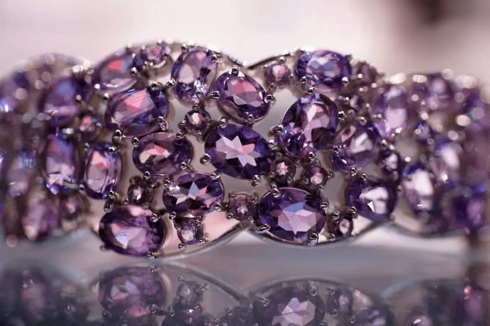 Фиолетовые камни в украшениях – разнообразие оттенков