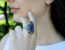 Украшения с необработанными камнями: модные решения