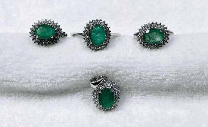 Серебряные украшения с изумрудом. Комплект серьги, перстень, кулон