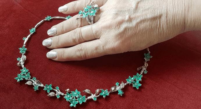 Серебряные украшения с изумрудом. Колье и перстень