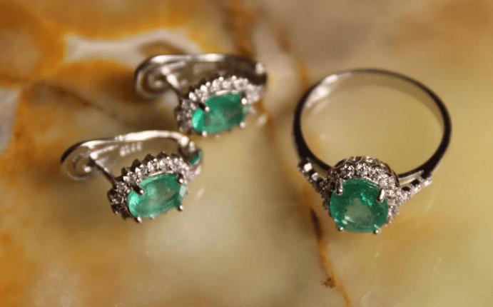 Серебряные украшения с изумрудом. Комплект кольцо и серьги